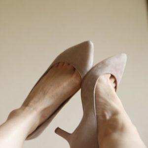 パンプスを脱いだ女性の足が超臭いのはなぜ?